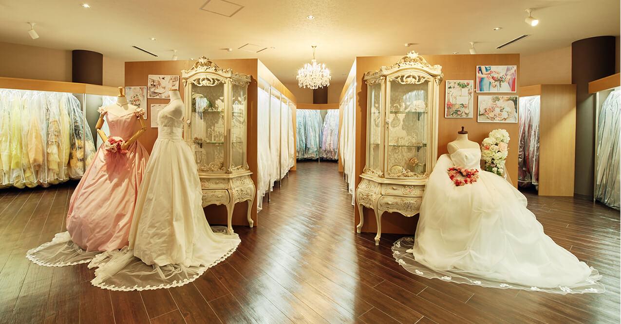 店内のドレス展示